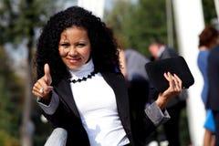 Усмехаясь женщина при таблетка показывая большой палец руки вверх Стоковые Изображения