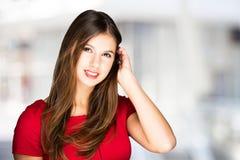 Усмехаясь женщина против яркой предпосылки стоковое изображение