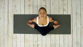 Усмехаясь женщина протягивая шею на циновке в спортзале Стоковые Фото