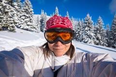 Усмехаясь женщина, путешественник, в изумлённые взгляды, принимая selfie Стоковые Фотографии RF