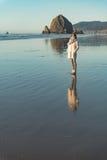 Усмехаясь женщина размещая на пляже Стоковое Фото