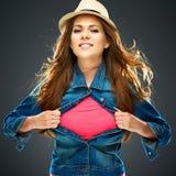 Усмехаясь женщина рвя одежды на космосе экземпляра комода для advertis Стоковые Фото