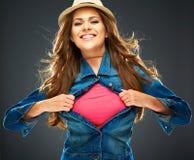 Усмехаясь женщина рвя одежды на космосе экземпляра комода для advertis Стоковое фото RF