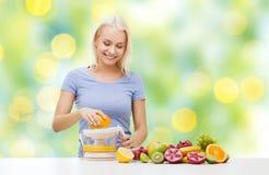 Усмехаясь женщина сжимая фруктовый сок Стоковая Фотография RF