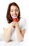 Усмехаясь женщина сидя на таблице стоковая фотография
