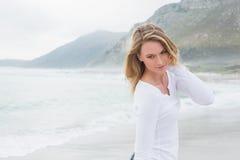 Усмехаясь женщина смотря прочь на пляже Стоковые Фото