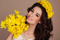 Усмехаясь женщина с букетом желтых цветков Стоковое фото RF
