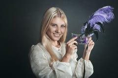 Усмехаясь женщина с венецианской маской стоковое фото