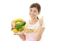 Усмехаясь женщина с овощами Стоковое Изображение RF