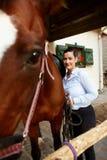 Усмехаясь женщина с лошадью стоковые фотографии rf