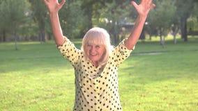 Усмехаясь женщина с поднятыми кулаками сток-видео