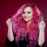 Усмехаясь женщина с розовыми волосами в ведьме отображает демон halloween предпосылки темный делает мыжской портрет ночи ввести в Стоковые Фотографии RF