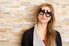 Усмехаясь женщина с стеклами сформировала в текст ПРОДАЖИ Стоковая Фотография
