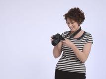 Усмехаясь женщина с цифровой фотокамера Стоковое Изображение RF
