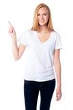 Усмехаясь женщина указывая вверх с ее пальцем стоковые фотографии rf