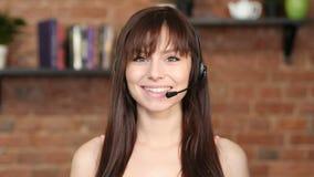 Усмехаясь женщина центра телефонного обслуживания, обслуживание клиента крытое Стоковая Фотография