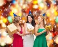 3 усмехаясь женщины в голубых шляпах с подарочными коробками Стоковое Фото