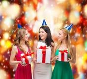3 усмехаясь женщины в голубых шляпах с подарочными коробками Стоковое Изображение