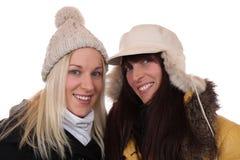 2 усмехаясь женщины в зиме с шарфом и крышками Стоковые Фотографии RF