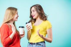 2 усмехаясь женщины имея кофе и говорить Стоковые Фотографии RF