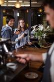 Усмехаясь женщины имея кофе Стоковое Изображение RF