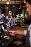 Усмехаясь женщины имея кофе Стоковая Фотография