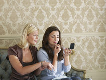 2 усмехаясь женщины кладя на состав Стоковые Изображения RF