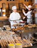 Усмехаясь женщины на хлебопекарне Стоковое Изображение