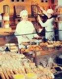 Усмехаясь женщины на хлебопекарне Стоковое Изображение RF