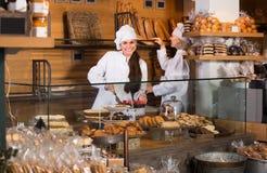 Усмехаясь женщины на хлебопекарне Стоковая Фотография RF