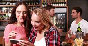 Усмехаясь женщины принимая selfie во время еды с друзьями акции видеоматериалы