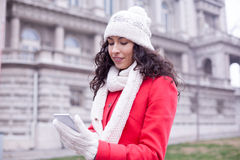 Усмехаясь женщины прочитали новости моды на таблетке smartphone Стоковая Фотография