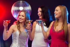 3 усмехаясь женщины с коктеилями и шариком диско Стоковые Изображения