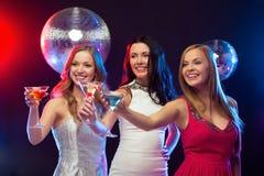 3 усмехаясь женщины с коктеилями и шариком диско Стоковые Изображения RF