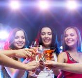 3 усмехаясь женщины с коктеилями и шариком диско Стоковая Фотография RF