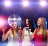 3 усмехаясь женщины с коктеилями и шариком диско Стоковое Изображение RF