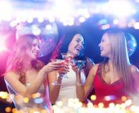 Усмехаясь женщины с коктеилями на ночном клубе Стоковые Фотографии RF