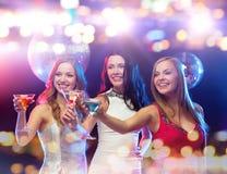 Усмехаясь женщины с коктеилями на ночном клубе Стоковое Изображение