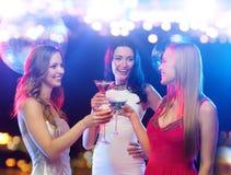 Усмехаясь женщины с коктеилями на ночном клубе Стоковая Фотография RF