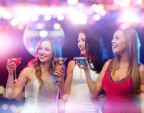 Усмехаясь женщины с коктеилями на ночном клубе Стоковое фото RF