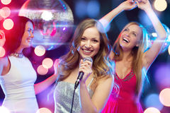 3 усмехаясь женщины танцуя и поя караоке Стоковое Фото