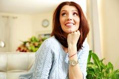 Усмехаясь заботливая женщина смотря вверх Стоковые Фото