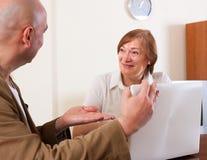 Усмехаясь зрелая женщина обсуждая Стоковая Фотография RF