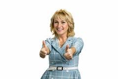 Усмехаясь зрелой большой палец руки поднятый дамой вверх Стоковые Фотографии RF