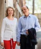 Усмехаясь зрелые пары смотря один другого на дате Стоковое Фото