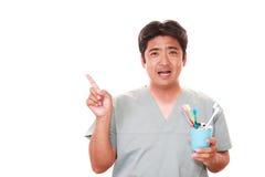 Усмехаясь зубоврачебный гигиенист стоковая фотография