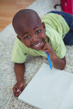Усмехаясь изображения чертежа ребенк на бумаге Стоковая Фотография RF