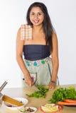 Усмехаясь индийские травы вырезывания женщины Стоковые Фотографии RF