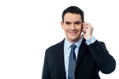 Усмехаясь исполнительная власть говоря через мобильный телефон Стоковые Изображения