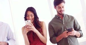 Усмехаясь исполнительные власти используя мобильный телефон акции видеоматериалы
